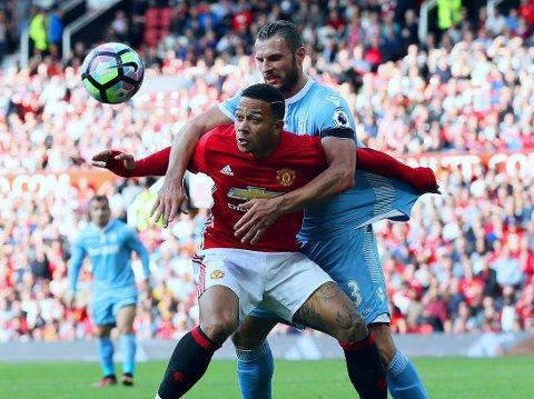 HOLDER NÅ? Manchester United og Memphis Depay (foran) haar foreløpig ikke vært en suksesskombinasjon. Her i duell med and Stoke-spiller Erik Pieters.