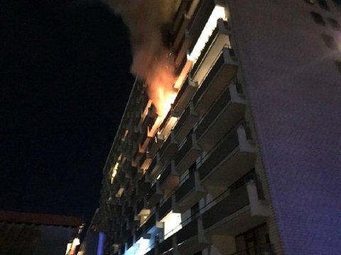 Rundt 100 beboere ble evakuert og fire ble sendt til sykehus etter brannen.