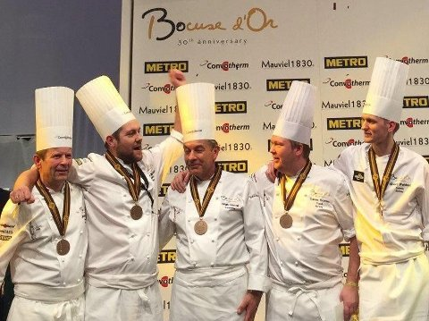 Christopher W. Davidsen (nummer to fra venstre) og hans team med sølvmedaljene om halsen i Lyon.