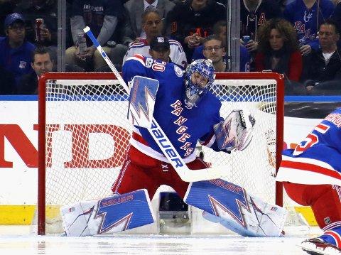 TIL VM: Henrik Lundqvist, her i aksjon for New York Rangers mot Ottawa Senators i NHL-sluttspillet, drar til Tyskland for å slutte seg til Sveriges VM-tropp.