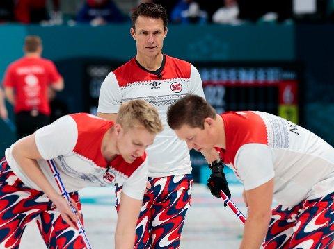 FARGEKLATTER: Thomas Ulsrud (bak), Håvard Vad Petersson (til venstre) og Christoffer Svae, her i aksjon under OL i Pyeongchang i fjor.