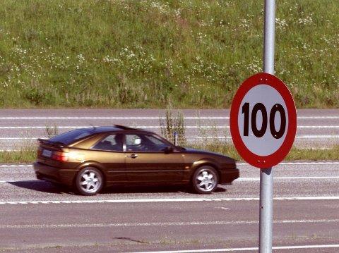 De første skiltene med fartsgrense 100 km/t ble satt opp for 20 år siden. Bildet er fra E6 ved Hvam i Skedsmo. Nå vil Frp ha 120 kilometers fartsgrense på de beste veiene. Foto: Morten Holm / NTB