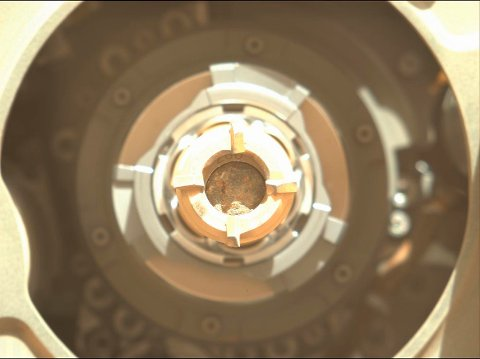 I dette bildet ses den første steinprøven, i midten av boret, som roboten Perseverance har klart å hente inn på Mars. Foto: NASA/JPL-Caltech/ASU via AP / NTB