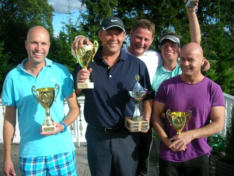 Foran fra venstre Petter Schanke, Stein Wicklund og Mikkel Aas. Bak fra venstre Claus Hegseth (Longest drive) og Torstein Anker (Closest to Pin).