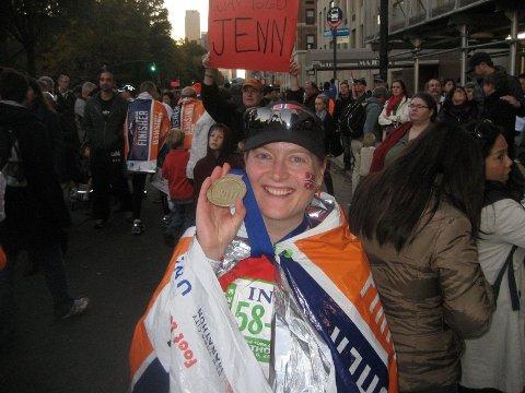 Fullførte: Åse Marit Harviken, som er bosatt på Ellingsrud, fikk en fantastisk opplevelse som deltaker i NYC Marathon. På bildet har hun kommet i mål og mottatt premie for å ha fullført løpet.