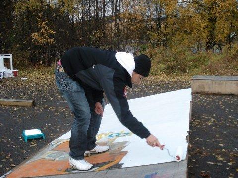 SKATERAMPE: Ungdom får på plass en etterlengta skaterampe.FOTO: Privat