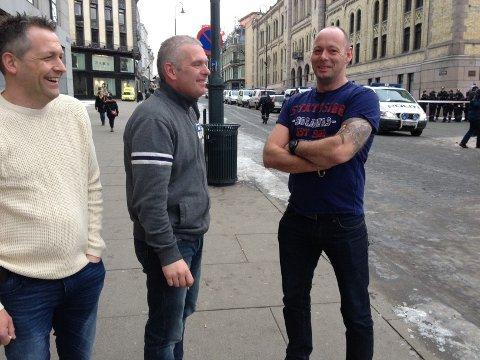 KARL JOHAN: De tre kollegene observerer politioppbud foran Stortinget.