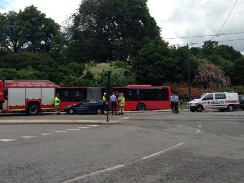Det ble ikke meldt om noen alvorlige personskader da en bil kolliderte mot en trikk mandag formiddag.
