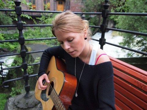 LIVSGLAD: – Det er ofte et element av smerte i det jeg skriver, men på den måten får jeg kontakt med skjønnheten i livet, sier Ingrid Østang.
