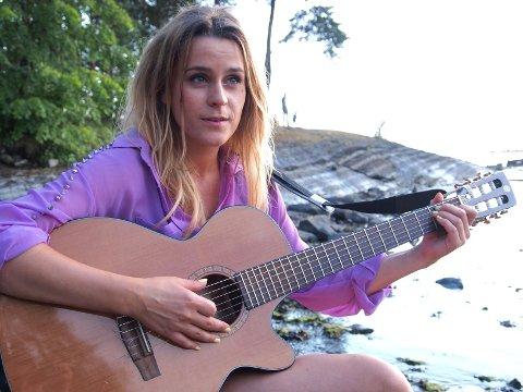 """GLAD I Å MIKSE: Jenny Augusta har spilt inn og produsert hele plata, """"Cor"""" selv. – Men det morsomme er å sitte å lage musikk. Det er mye jobb å lage plate, sier hun."""