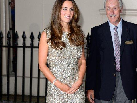 HERTUGINNE KATE valgte en sølvfarget kjole med empireliv for sin første galla etter fødselen.