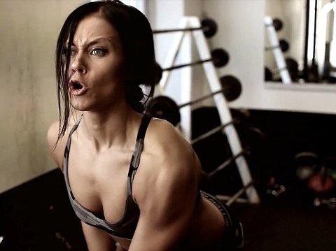 LONE NORÅS stiller i ny fitnessvideo.