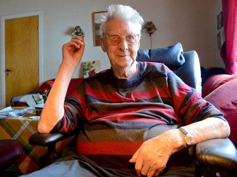 Oskar Testad røyker hjemme - og gjerne sammen med hjemmehjelpere. Foto: Jan-Olav Ingvaldsen