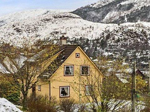 Dette huset, med hage, får du med om du kjøper tre plenklippere. Men summen du må ut med er kanskje noe større enn hva du hadde tenkt å investere i klipping av gress. Foto: Privat/Finn.no
