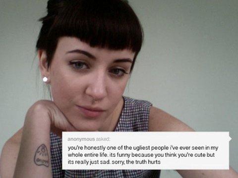 Lindsay Bottos mener nedsettende kommentarer om utseendet hennes, og den generelle trakasseringen hun opplever på nettet, kan knyttes til det faktum at hun er kvinne. Det er mange enige med henne i.