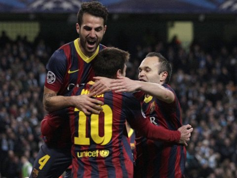 GA SVAR PÅ TILTALE: Cesc Fabregas (t.v) og Barcelona ga Jose Mourinho og andre kritikere svar på tiltale på Etihad tirsdag.