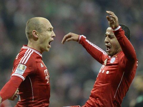 Bayern Munchens Arjen Robben og Thiago Alcantara feirer Robbens tredje mål mot Schalke lørdag kveld.