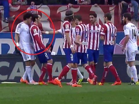 DUMMET SEG UT: Pepe gikk i bakken etter selv å ha oppsøkt bakhodet til Diego Godin.