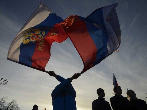PRO-RUSSISK: Pro-russiske ledere på Krim gikk torsdag langt i å si at området allerede er i ferd med å gå ut av Ukraina og bli en del av Russland. Bildet er fra en prorussisk demonstrasjon i byen Jevpatoria på Krim onsdag.
