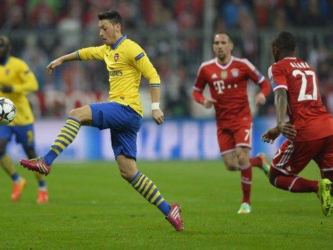 BLE HETSET: Mesut Özil ble hetset av Bayern Münchens supportere tirsdag.