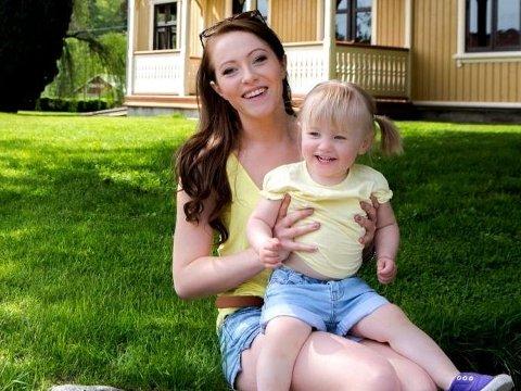 SPREK MOR: - Jeg ønsker ikke å være slapp mamma som ikke orker å finne på ting, sier Sandra Mykland (20) i TV-serien «Unge mødre».