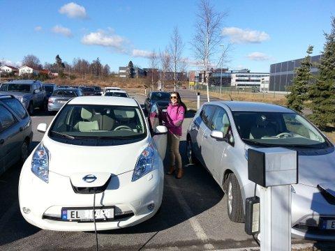 ELBILLADING: Kunderådgiver Nina Fjeld i Fjordkraft kjører elbil til jobb, og er en av de heldige som kan lade på jobben.