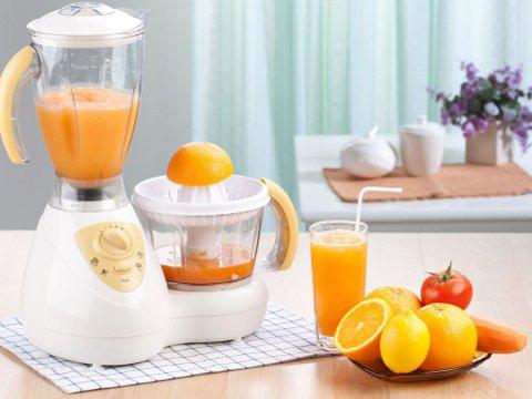 FARGERIK DRIKK: Hjemmepresset fruktjuice og smoothies er både sunt og godt, men hva er egentlig sunnest av hjemmelaget juice og hele frukter?