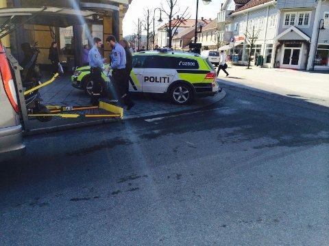 ULYKKE: En rullestolbruker ble påkjørt i Storgata i Kongsberg mandag ettermiddag.
