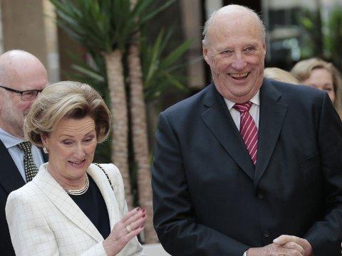 Kong Harald og dronning Sonja kommer til Nordmøre i mai. De skal spise middag i Gjemnes, hvor politikerne har vedtatt alkoholfrie kommunale arrangementer. Dermed spøker det for vin til maten, hvis politikerne ikke gjør et unntak for de celebre gjestene.