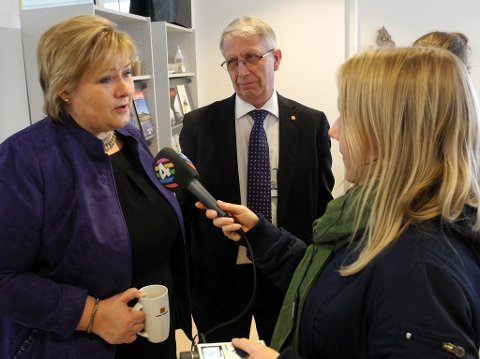 FINT BESØK: Statsminister Erna Solberg besøkte fredag Veitrafikksentralen i Oslo, der veidirektør Terje Moe Gustavsen viste rundt.