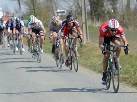 BLANT FAVORITTENE: Edvald Boasson Hagen er nevnt som en av de store favorittene til å vinne søndagens Paris-Roubaix. Her er 26-åringen i front av feltet under fjorårets utgave.