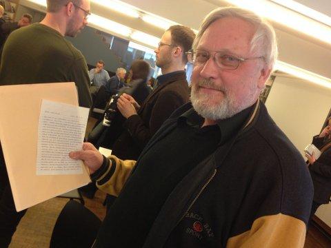BREVET: Lars Gule viser fram brevet han fikk fra Anders Behring Breivik.