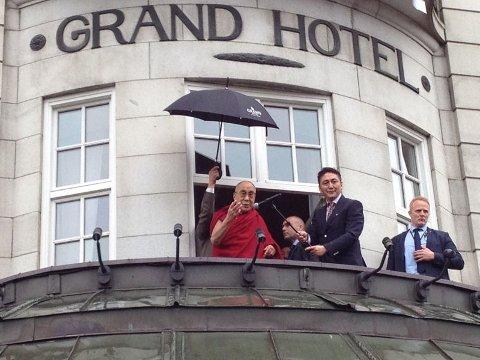 Dalai Lama på balkongen på Grand Hotel onsdag denne uken. Det er ikke sikkert at denne og de øvrige balkongene på det ærverdige hotellet kan brukes 17.mai på grunn av mulig streik.