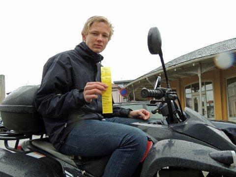 Simon Andre Olsen fikk bot fordi han parkerte på mopedoppstillingsplassen med firhjulingen.