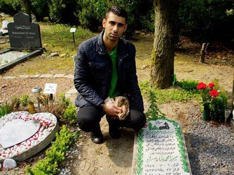VED GRAVEN: I slutten av april kunne Yousef Shamari, nå 20 år, besøke morfarens grav i Nederland for første gang.