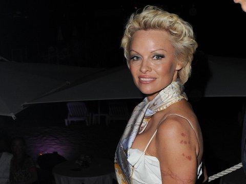 Pamela Anderson ankommer sitt eget cocktailselskap i Cannes.