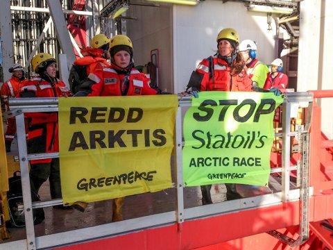 – Denne boringen er totalt uforsvarlig. Statoil vil gamble med de rike naturverdiene på Bjørnøya og i iskantsonen bare for å hente opp mer av den oljen som klimaet ikke tåler at vi brenner. Derfor er vi her for å be Statoil stanse, sier arktisrådgiver Erlend Tellnes i en pressemelding fra Greenpeace.