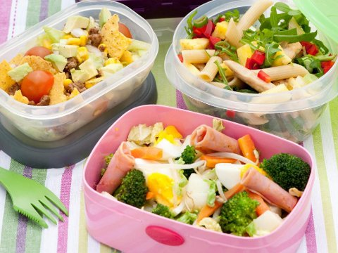 SUNNERE GREP: En tacosalat og fullkornspasta kan fint være ja-mat når det gjelder matpakker. Vær raus med grønnsakene og velg magre kjøttprodukter av for eksempel kylling og kalkun.