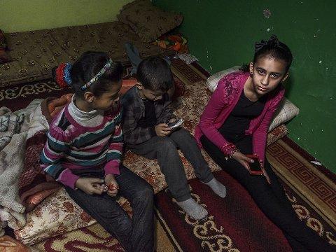 ET ÅR I JORDAN: For ett år siden ble familien Ibrahim - med mor, far og barna Neda, Nael, Dima og Zoher - tvangsreturnert etter ti år på asylmottak i Sandnes i Rogaland. På bildet Dima, Zoher og Neda.