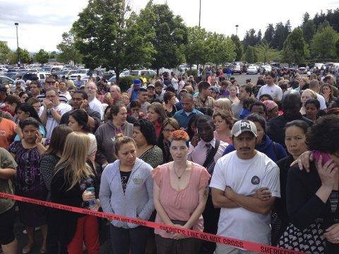 SKOLESKYTING: Foreldre samlet i påvente av å bli gjenforent med sine barn etter skoleskytingen på Reynolds High School i Troutdale, Oregon.