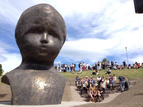 De mange fremmøtte fremsto som rimelig småvokste sammenliknet med det store hodet i Torshovdalen.