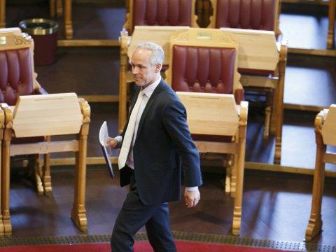 GRØNT LYS: Ved å få med seg støttepartiene har regjeringen og kommunalminister Jan Tore Sanner (h) sikret seg et knapt flertall i Stortinget for å tegne det nye kartet over Kommune-Norge.
