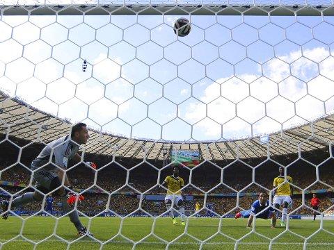 KJEMPEMISS: Theofanis Gekas nikker i tverrliggeren da han hadde sjansen til å få Hellas tilbake i kampen mot Colombia.