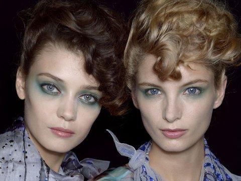 Skimrende, vakker hud og øyne sminket i blå og grønn-toner er sommerens hotteste look.