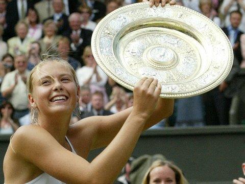 SENSASJON: Nå er det ti år siden Maria Sjarapova vant Wimbledon-finalen, kun 17 år gammel.