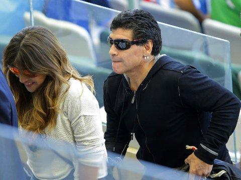 KONFLIKT: Diego Maradona, her fra tribunen under VM-kampen mellom Argentina og Iran, har lite til overs for fotballpresidenten i hjemlandet.