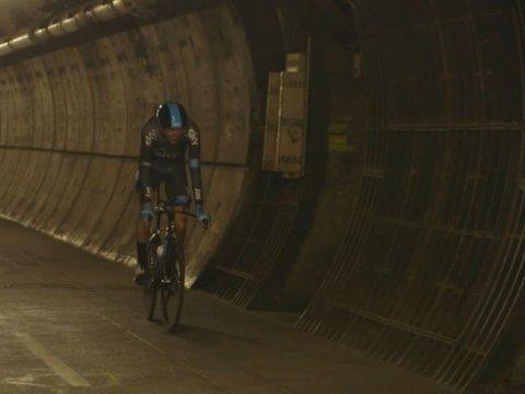 NY IDE: Chris Froome fikk mulighet til å sykle igjennom Kanaltunnelen mellom Storbritannia og Frankrike. Nå leker sammenlagtfavoritten med tanken om en tempoetappe under den engelske kanal. (Skjermdump / inCycle)