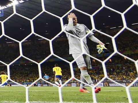 FORTVILET: Brasils målvakt Julio Cesar måtte plukke hele syv baller ut av nettet under kampen mot Tyskland.