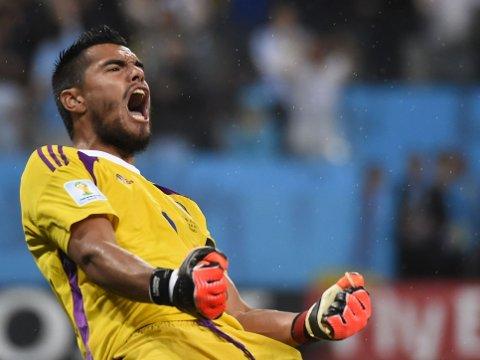 DEN STORE HELTEN: Argentinas målvakt Sergio Romero takket Nederlands trener Louis van Gaal for alt det han har lært ham.