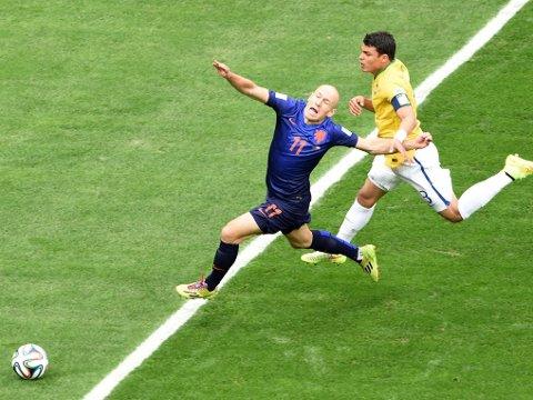 FIKK STRAFFE: Brasils kaptein Thiago Silva feller nederlands Arjen Robben utenfor sekstenmeteren, men dommeren peker på straffemerket.